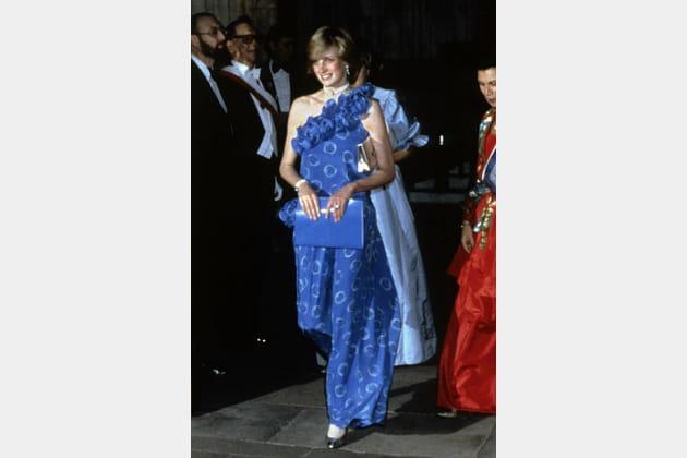 Lady Di en robe bleue longue et imprimée