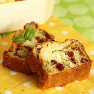 cake aux tomates séchées, à la fêta et au basilic