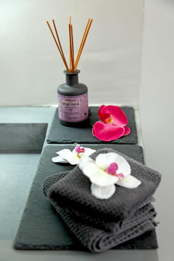 plateau-ardoise-encens-serviettes-orchidees
