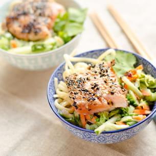saumon mi-cuit au sésame, salade asiatique, et nouilles tamarin-cacahuètes