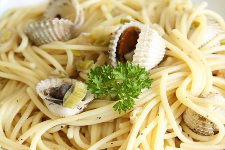 Spaghettis aux coques à la crème et au vin blanc