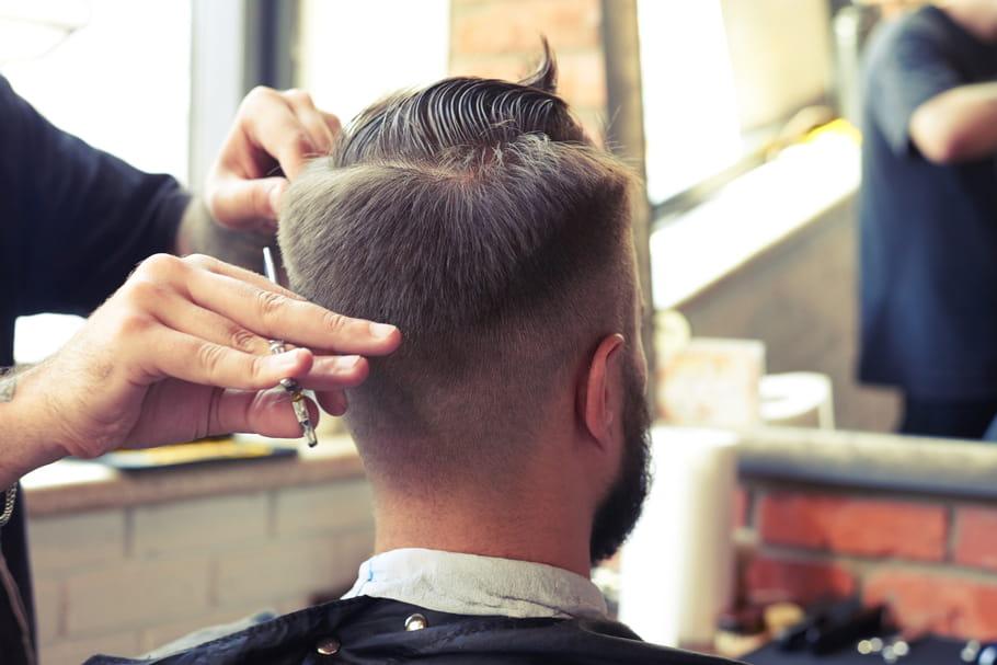 Un (faux) coiffeur enflamme les cheveux d'un client: brûlure profonde et folle histoire