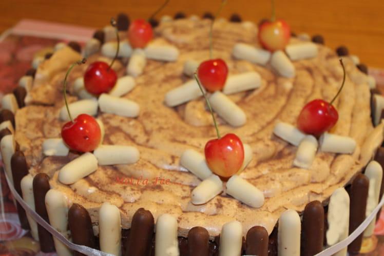 Mousse au chocolat au poivre de cassis et cerises blanches sur gâteau à l'amande
