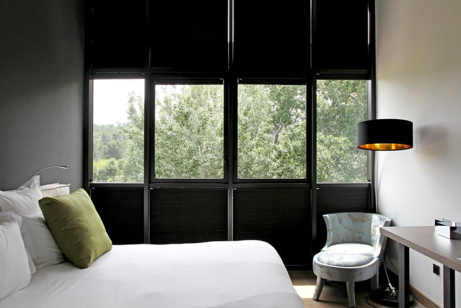 Des fenêtres noires dans la chambre à coucher