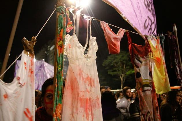 Des vêtements tâchés de faux-sang en guise d'étendard