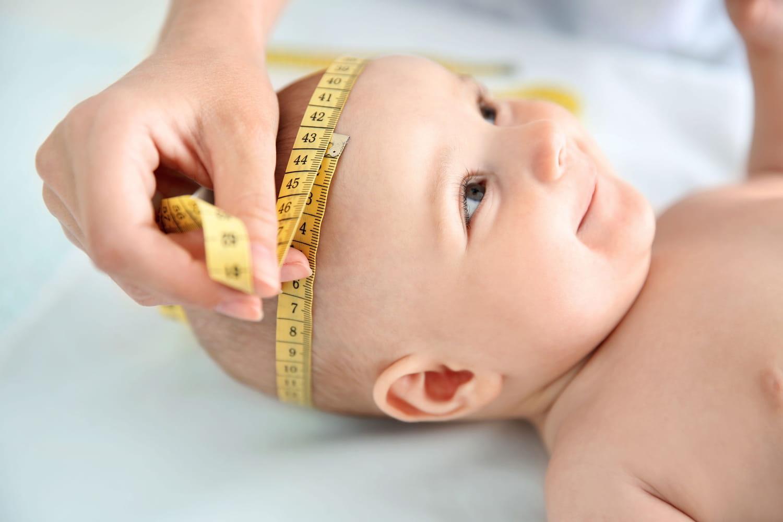 Périmètre crânien: à la naissance, valeur normale, courbe, trop petit