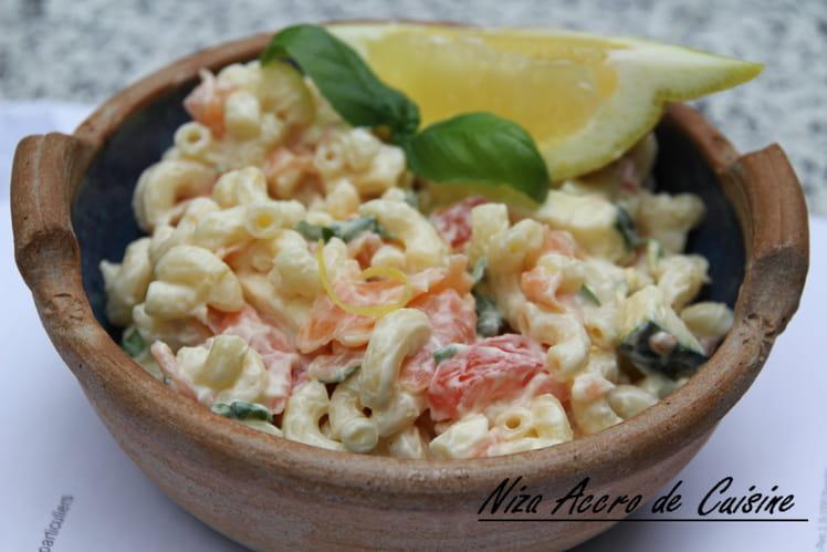 Salade d'été aux coquillettes et saumon fumé