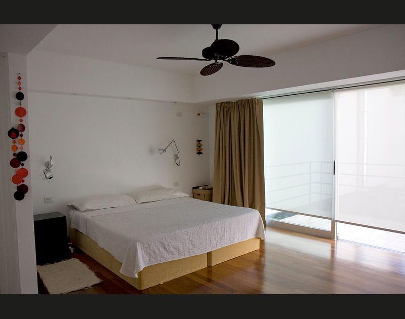 Une chambre claire et lumineuse