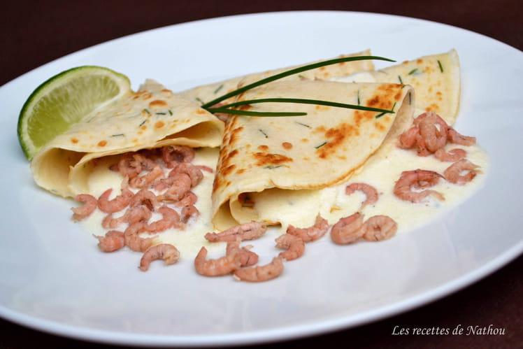 Crêpes à la ciboulette, sauce fromage et crevettes grises