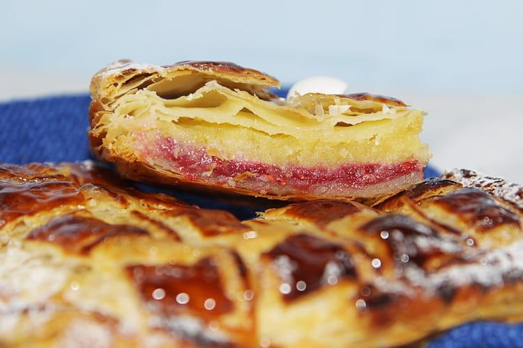 Galette des rois framboise, crème amandine à l'eau de rose et éclats de dragées