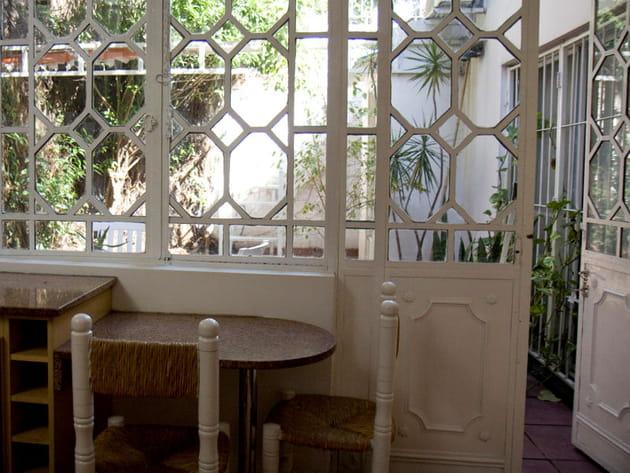 une cuisine ouverte sur le jardin. Black Bedroom Furniture Sets. Home Design Ideas