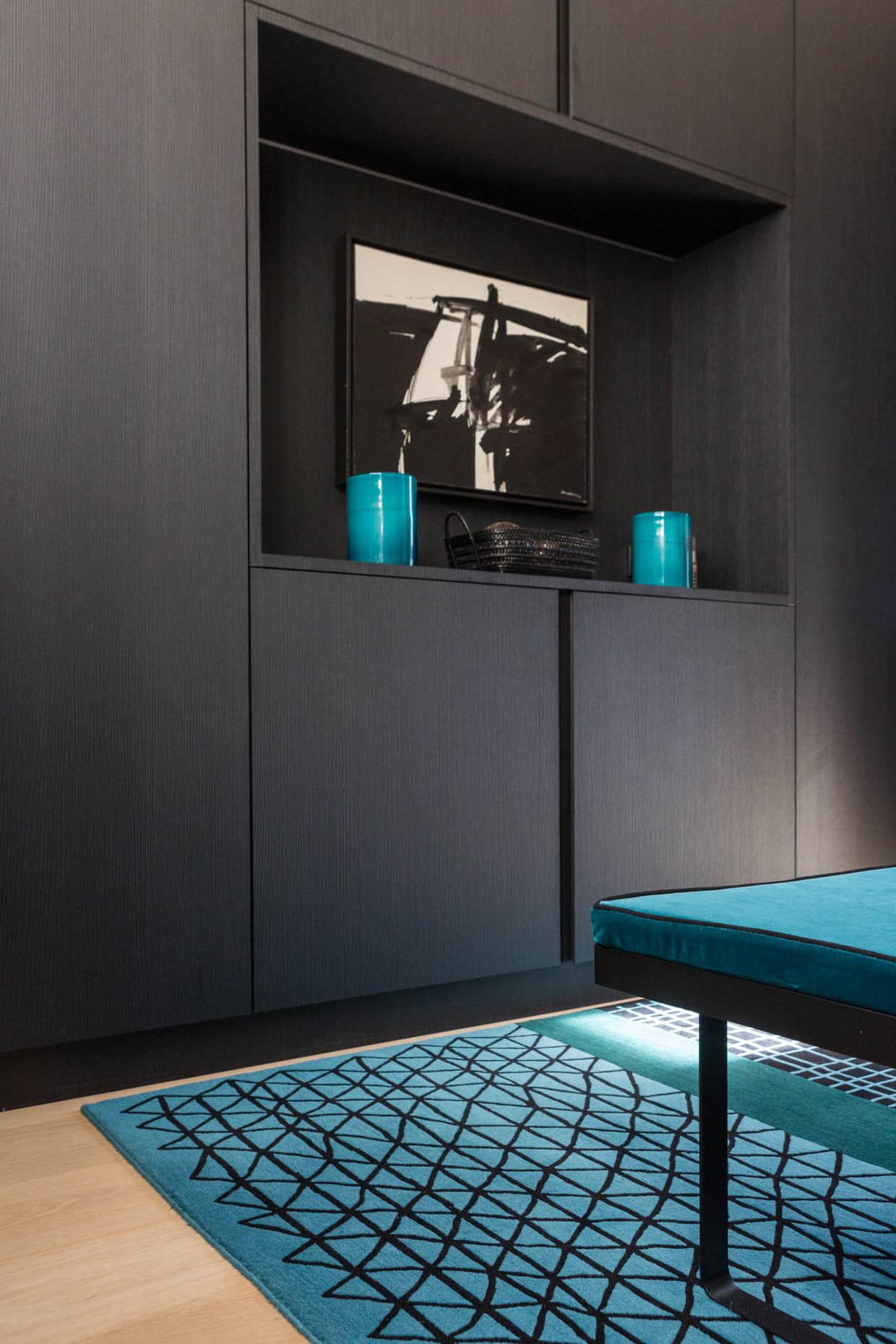 meubles sur mesure noirs dans la chambre. Black Bedroom Furniture Sets. Home Design Ideas