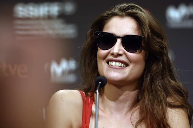 Laetitia Casta, sourire large et lunettes noires