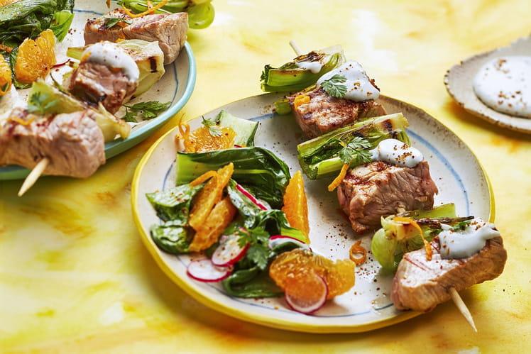 Brochettes de veau grillées pak choi sauce au fromage bleu orange