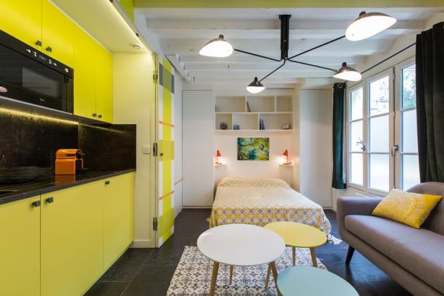 Studio au mobilier jaune vif