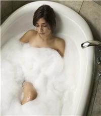 un bain chaud est idéal pour détendre vos muscles et aussi pour évacuer les