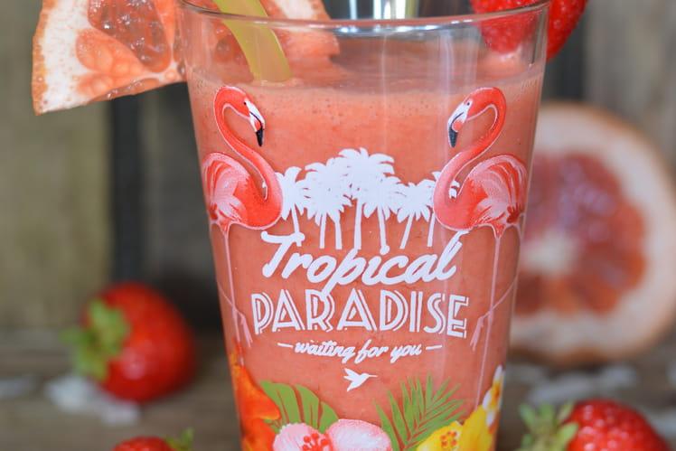 Smoothie pamplemousse rose, fraise et lait de coco
