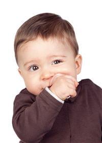 la poussée dentaire rend souvent les bébés grognon. en revanche, elle ne donne