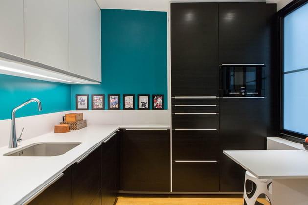 Une cuisine noire, turquoise et blanche
