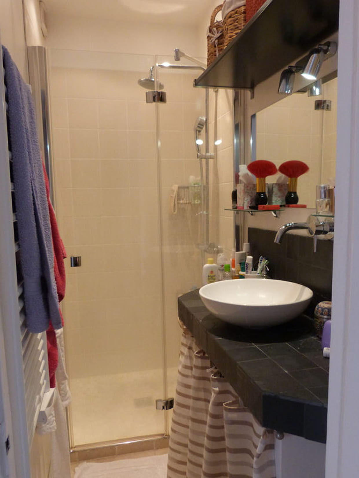 une salle de bain gain de place. Black Bedroom Furniture Sets. Home Design Ideas