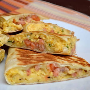 quesadillas aux oeufs brouill s saumon fum et crevettes grises. Black Bedroom Furniture Sets. Home Design Ideas