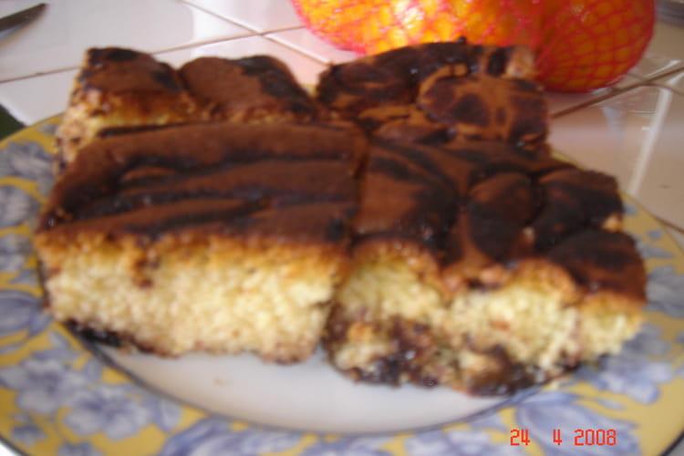 Délicieux cake marbré aux dés de pruneaux