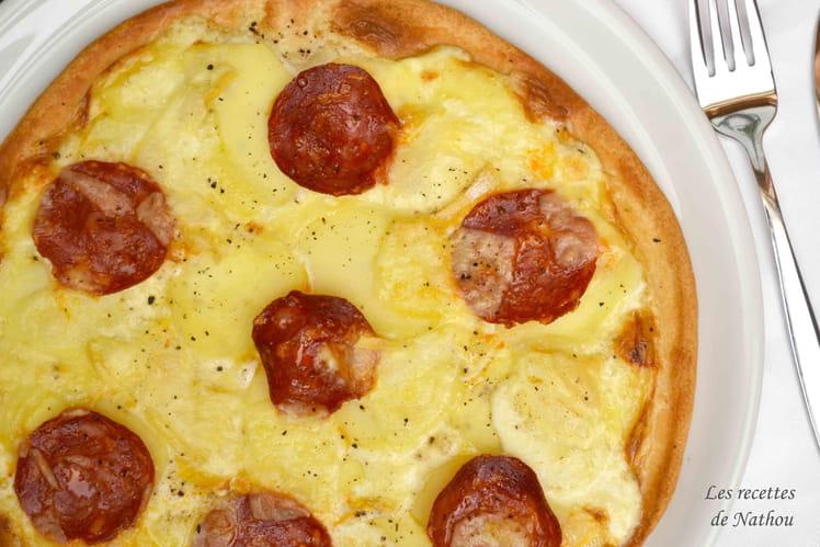 Pizza aux pommes de terre, chorizo, comté et reblochon