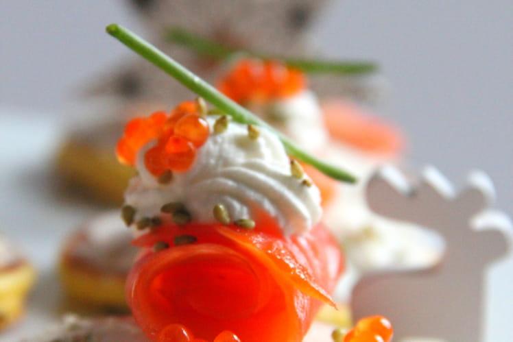 Blinis polaires au fromage frais, saumon, crevette et neige de chantilly au citron vert