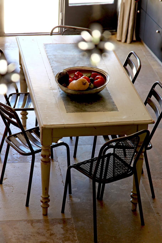 Fixer une planche de zinc en centre de table for Recouvrir une table de zinc