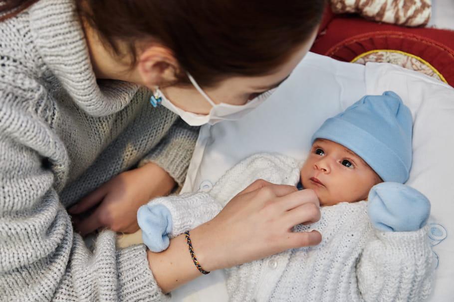 Port du masque avec bébé: quelles conséquences sur son développement?