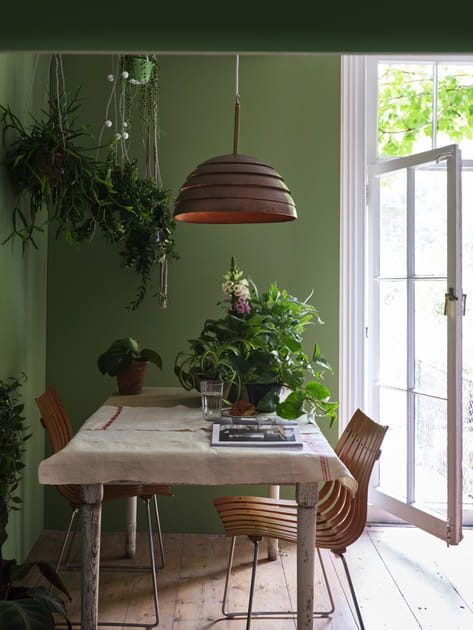 Du vert en monochrome côté salle à manger
