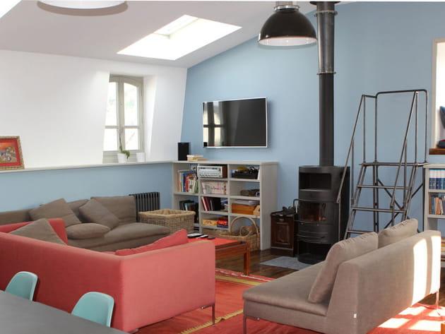 Salon chaleureux sublimé de rouge et bleu