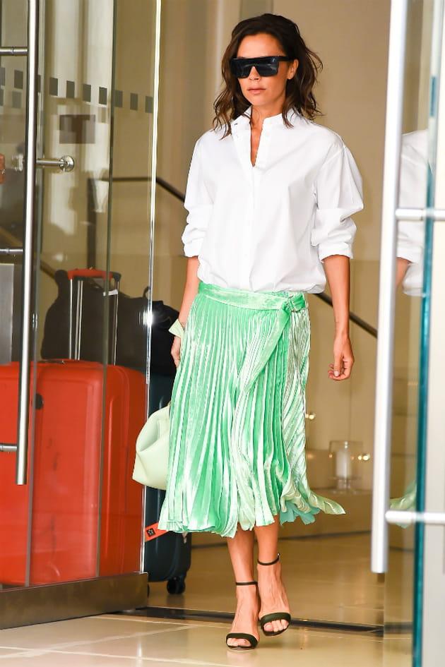 victoria beckham en jupe pliss u00e9e vert d u0026 39 eau et chemise blanche