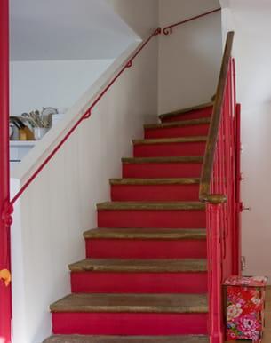 ce propriétaire a repeint son escalier en rouge vif