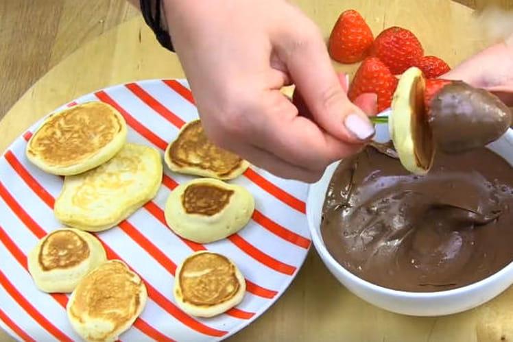 Brochettes de mini crêpes et fruits au chocolat
