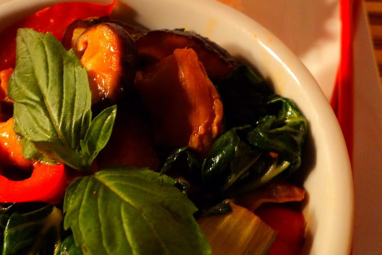Poulet épicé au basilic thaï