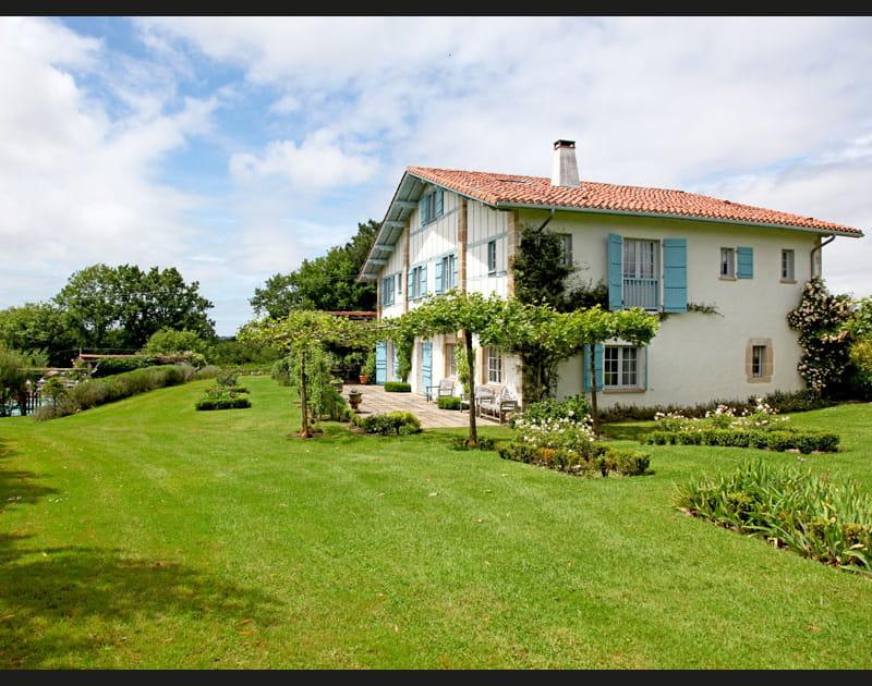 Une maison basque aux volets bleus