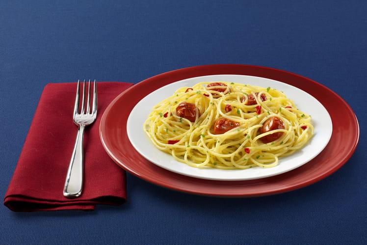 Spaghetti sans gluten à l'ail et huile d'olive, peperoncino et tomates