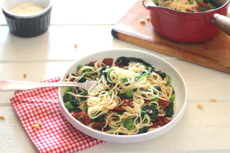 Spaghetti aux épinards, fèves et tomates séchées