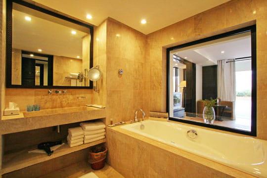 Fenêtre à la salle de bains