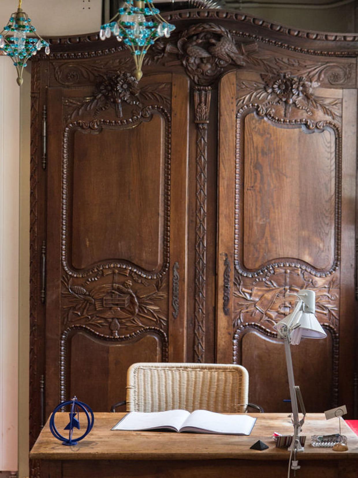 un bureau dans un d cor l 39 ancienne. Black Bedroom Furniture Sets. Home Design Ideas
