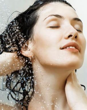 les shampooings trop fréquents excitent les glandes sébacées du cuir chevelu.