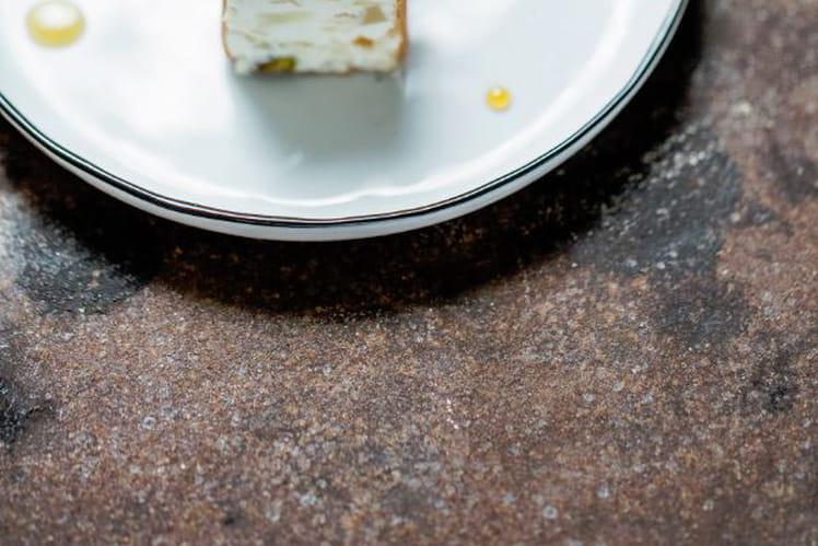 Nougat glacé au cédrat confit et à la mastiha, miel de thym chaud