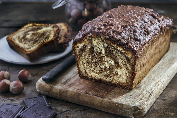 Cake marbré chocolat noir, couverture chocolat au lait noisettes concassées
