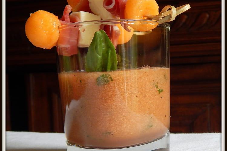 Soupe de melon au basilic et brochettes jambon mozzarella