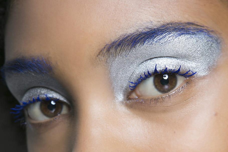 Comment porter le mascara bleu?
