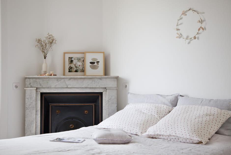 Chambre avec cheminée en marbre blanc