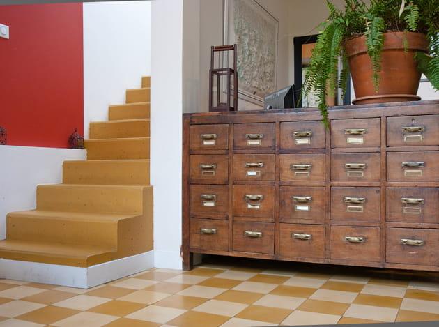 Un meuble de métier à tiroirs verni