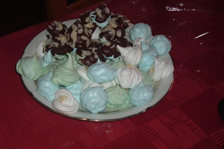 Meringues de toutes les couleurs, chocolat et amandes