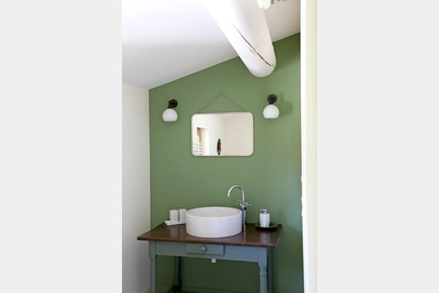 Touche de vert dans une salle de bains sous les toits